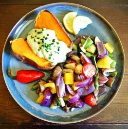 Rezept: Süßkartoffel mit Avocado-Ingwer-Chili-Dip und lauwarmer Röstgemüsesalat