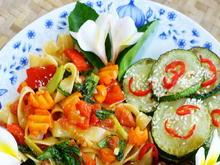 Cap Cay mit breiten Eiernudeln an gebratenen Zucchinischeiben - Rezept - Bild Nr. 8093