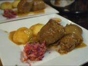Rinderrouladen mit Kartoffelklößen und Krautsalat - Rezept - Bild Nr. 2