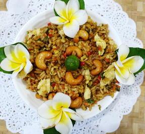 Rezept: Würziger, balinesischer Kokosreis mit Eiern und Cashewnüssen