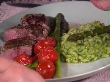 Rezept: Kräuter-Lammlachs in Bacon mit Bärlauch-Risotto, grünem Spargel und Ofentomaten