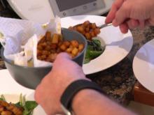 Feldsalat mit pikanten Bratkartoffelwürfeln und Speck mit Kürbiskernöl-Dressing - Rezept - Bild Nr. 8149