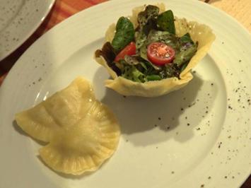 Zweierlei Mezzelune an Nussbutter und Salat im Körbchen - Rezept - Bild Nr. 8152