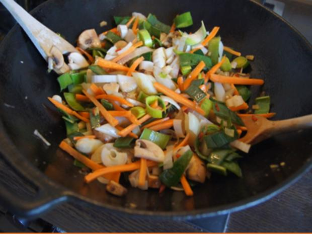 Ausgebackene Hähnchenbrustfiletwürfel und Mie-Nudeln mit Ei und Gemüse - Rezept - Bild Nr. 8174