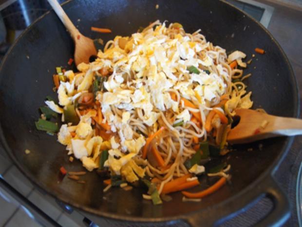 Ausgebackene Hähnchenbrustfiletwürfel und Mie-Nudeln mit Ei und Gemüse - Rezept - Bild Nr. 8179