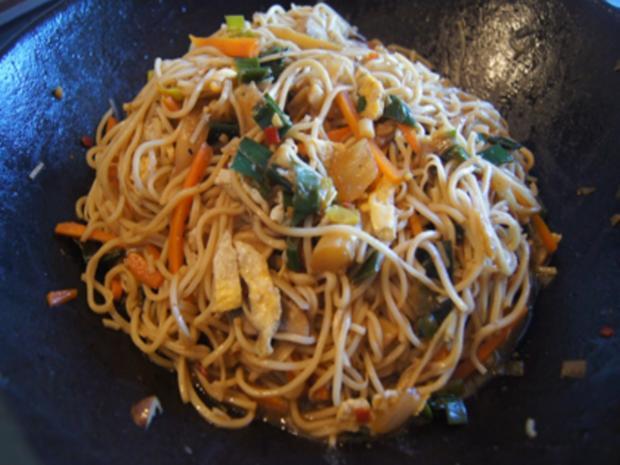 Ausgebackene Hähnchenbrustfiletwürfel und Mie-Nudeln mit Ei und Gemüse - Rezept - Bild Nr. 8181