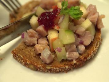 Rezept: Matjestatar auf Pollerbrot mit einem gemischten Salat