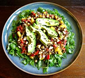Rezept: Linsensalat mit Mango und Avocado auf Rucola