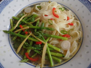 Rezept: Scharfe Asia-Nudelsuppe mit Thai-Spargel