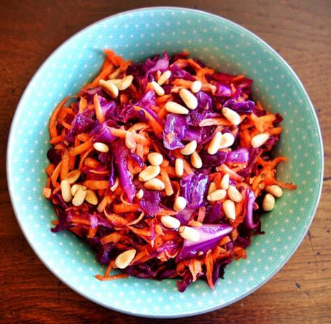 Rotkraut-Karotten-Salat mit Erdnussöl und gerösteten Pinienkernen - Rezept - Bild Nr. 2