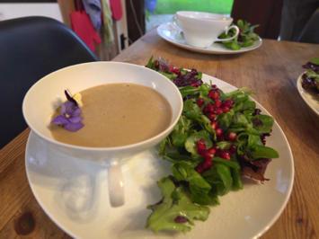 Maronencremesuppe an Salatbett mit Granatapfelkernen - Rezept - Bild Nr. 2