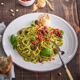 Grüne Nudeln mit Tomatenpesto, frittiertem Knoblauch und Basilikum á la Stefan Wiertz - Rezept - Bild Nr. 3