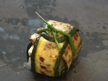 Panna cotta vom grünen und weißen Spargel dazu Zucchini-Feta-Päckchen - Rezept - Bild Nr. 2