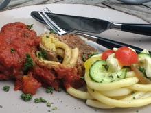 Gefüllte Hackfleischrolle mit Tomatensauce & Salat - Rezept - Bild Nr. 2