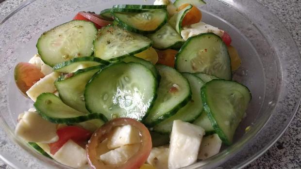 Gefüllte Hackfleischrolle mit Tomatensauce & Salat - Rezept - Bild Nr. 8297