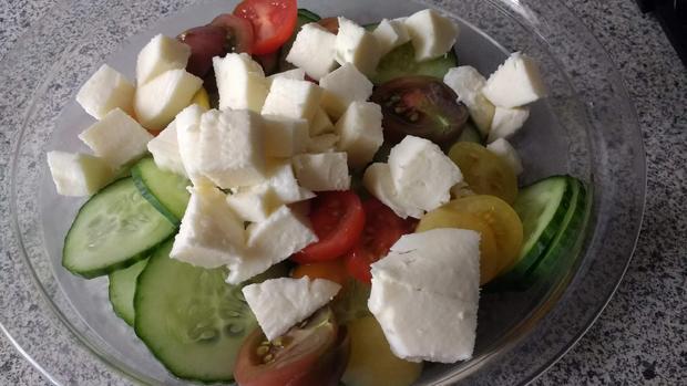 Gefüllte Hackfleischrolle mit Tomatensauce & Salat - Rezept - Bild Nr. 8298