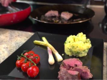 """Rezept: """"Firnhaberau Heide"""": Lammlachse mit Kartoffel-Kresse-Stampf, Gemüse und Portweinreduktion"""