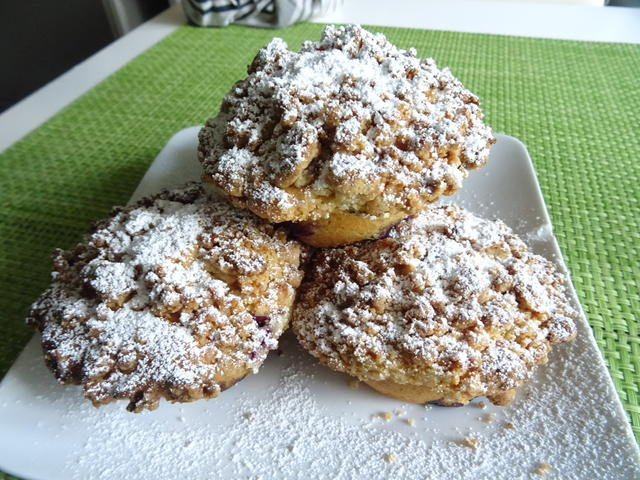 Heidelbeer-Muffins mit Marzipan-Streuseldecke