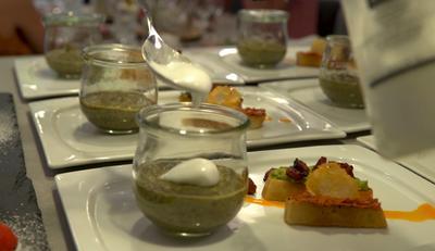 Rezept: Spinat-Bärlauch-Suppe mit Schaumkrönchen, dazu Crostini mit Dips