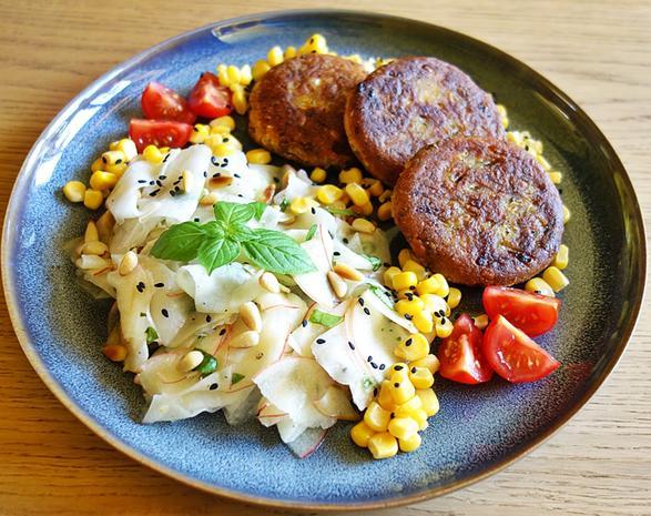 Kohlrabi-Apfel-Salat mit gerösteten Pinienkernen - Rezept - Bild Nr. 8345