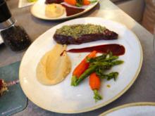 Straußenfilet mit Kräuterhaube an Pastinaken-Selleriepüree und Gemüse der Saison - Rezept - Bild Nr. 8380