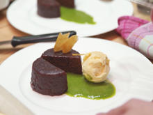 Sachertörtchen, Honig-Eis und Bananen-Basilikum-Coulis - Rezept - Bild Nr. 3