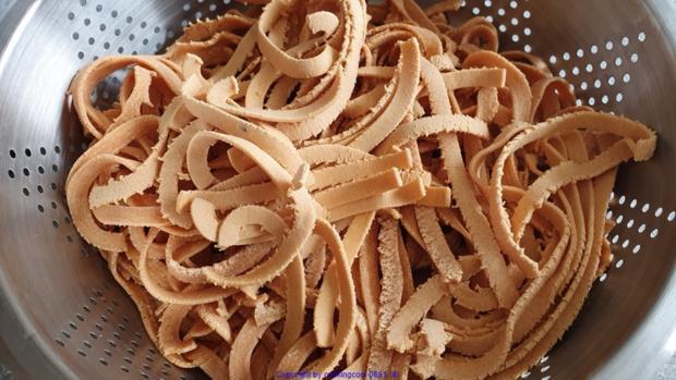 Tomaten Chili Tagliatelle (frisch hergestellt) mit der Pasta Maschine - Rezept - Bild Nr. 8483