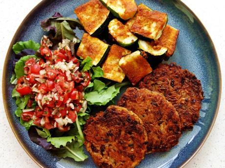 Kartoffel-Bohnen-Taler, marinierte Ofen-Zucchini und Tomaten-Salsa - Rezept - Bild Nr. 8584