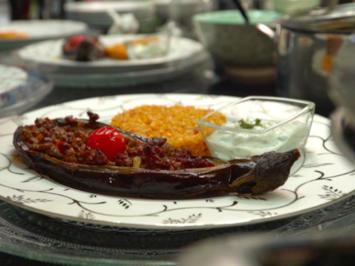 Karniyarik mit Tomatenbulgur und Cacik, dazu Krautsalat - Rezept - Bild Nr. 2