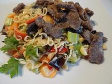 Asiatische Gemüsepfanne mit Mie-Nudeln und knusprigen Fleisch-Streifen - Rezept - Bild Nr. 8856