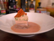 Ein Würfel vom knusprigen Schweinebauch im Yogi-Tee-Sud mit Waldorf-Salat-Nocke - Rezept - Bild Nr. 8862