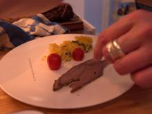 Brisket aus dem Heu mit Wildkräuterpolenta, lackierten Kirschtomaten und Trüffeljus - Rezept - Bild Nr. 8865