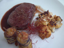 Rinderfilet gebeeft auf Rotweinsauce mit Grillblumenkohl und Kartoffeltürmchen - Rezept - Bild Nr. 8870