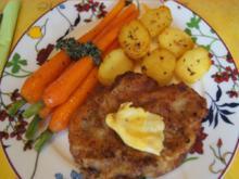 Kalbsschnitzel mit Honigmöhren, Möhrenkraut-Pesto und Bratkartoffel-Drillingen - Rezept - Bild Nr. 2