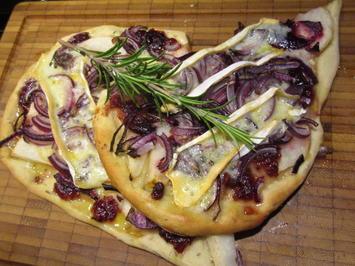 Rezept: Pikantes Backen: Fladen mit Birne, Preiselbeeren, Zwiebeln und Weichkäse