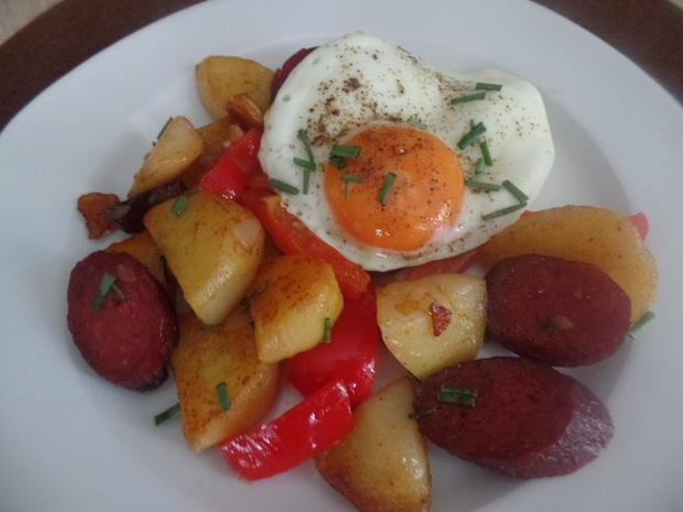 Bratkartoffeln mit Chorizo und Paprika on Top mit einem Spiegelei - Rezept - Bild Nr. 8999