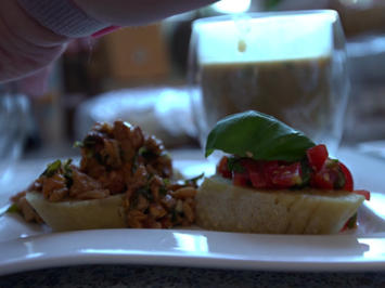 Pilz- und Tomaten-Bruschetta an cremiger Pilzsuppe mit Gambas und Ciabatta - Rezept - Bild Nr. 2