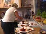 Gefüllte Eiskugel an Erdbeerspiegel mit Mandeltörtchen - Rezept - Bild Nr. 2