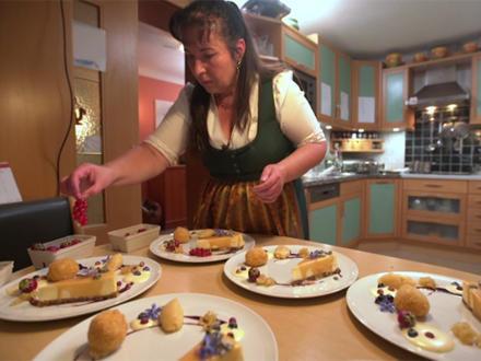 Gebackene Apfelknödel mit Preiselbeer-Gewürz-Ragout - Rezept - Bild Nr. 2