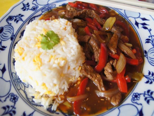 Gebratener Reis mit Ei und Rindfleisch mit Paprika-streifen und Zwiebeln im Wok - Rezept - Bild Nr. 2
