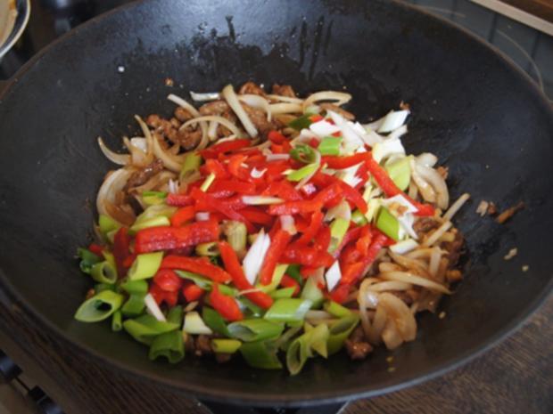 Gebratener Reis mit Ei und Rindfleisch mit Paprika-streifen und Zwiebeln im Wok - Rezept - Bild Nr. 18