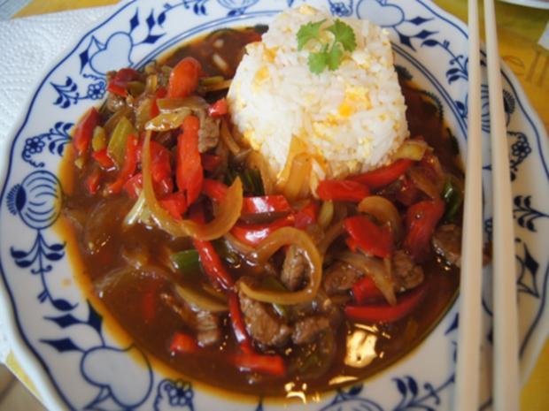 Gebratener Reis mit Ei und Rindfleisch mit Paprika-streifen und Zwiebeln im Wok - Rezept - Bild Nr. 21