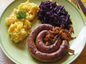 Fränkische Bratwurstschnecke mit Röstzwiebeln, Kartoffelstampf und Ananas-Mango-Rotkohl - Rezept - Bild Nr. 2