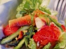 Spargel-Erdbeer-Salat mit Räucherforelle - Rezept