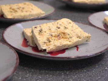 Pistazien Parfait auf rotem Früchtespiegel - Rezept - Bild Nr. 2