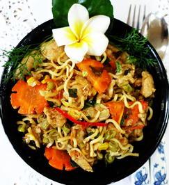 Rezept: Gebratene, chinesische Eiernudeln mit Gemüse und Hühnerfleisch