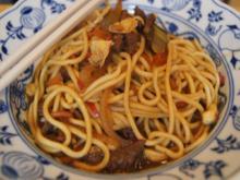 Mie-Nudeln mit Rindfleisch, Ei, Gemüse und Cashew-Nüssen im Wok - Rezept - Bild Nr. 2