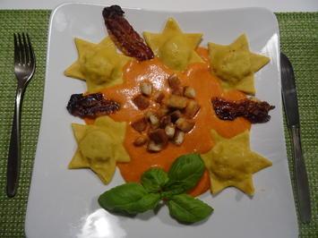 Ravioli-Sterne mit Tomaten-Parmesansoße, Zimt-Croutons und Bacon-Chip - Rezept - Bild Nr. 2