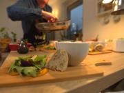 Butternutkürbis-Carpaccio, Wildkräutersalat, Beeren-Schoko-Vinaigrette - Rezept - Bild Nr. 2