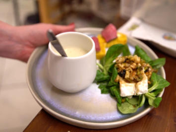 Käsesuppe mit Kürbisbrot, flambierter Ziegenkäse an Feldsalat und Rinderherzaufschnitt - Rezept - Bild Nr. 2